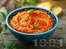 Рецепта Чушково песто от печени червени чушки орехи и босилек